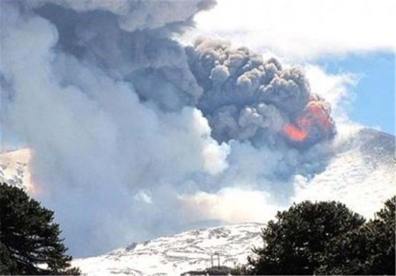 فوران یک کوه آتشفشان در اندونزی موجب فرار 20 هزار نفر شد
