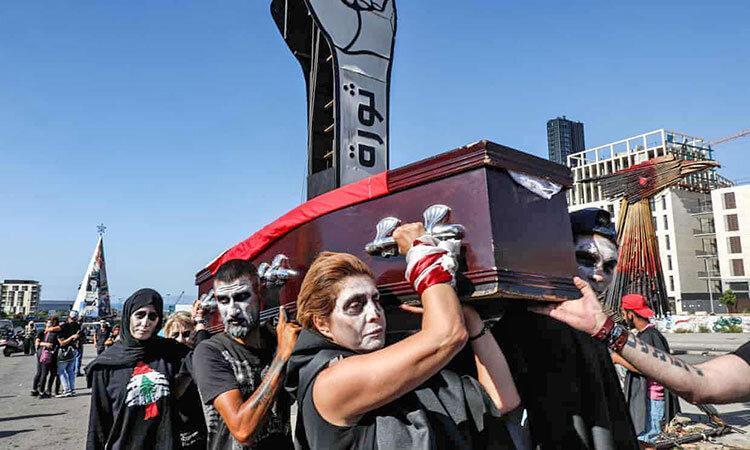 عکس ، تشییع جنازه نمادین دولت لبنان روی دوش معترضان به بحران مالی