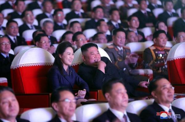 همسر رهبر کره شمالی برای نخستین بار در طول یکسال در انظار عمومی ظاهر شد